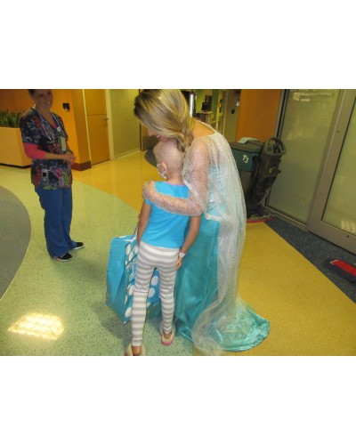 Chelsea_Dawn_visiting_kids_with_cancer